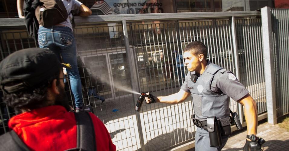 28.abr.2016 - PM usa gás de pimenta contra estudantes secundaristas que tentam pular o portão do Centro Paula Souza, na região central de São Paulo, nesta quinta-feira. Eles protestam contra os cortes de verbas na educação, o fechamento de salas de aula e pela punição dos envolvidos nos desvios da merenda na rede estadual de SP
