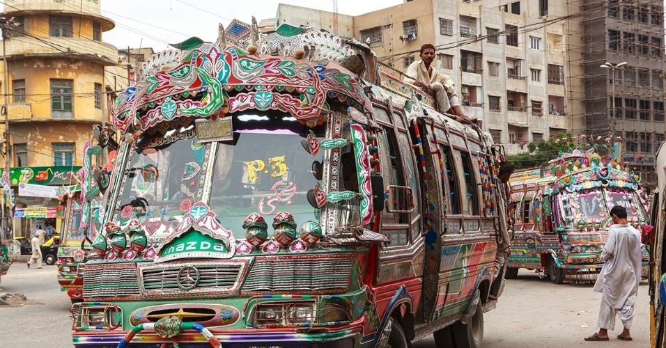 5.mai.2016 - Um ônibus decorado passeia pelo centro de Karachi. A maior cidade do Paquistão oferece grande variedade de transportes com preços acessíveis