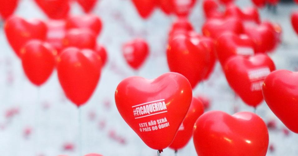 """10.mai.2016 -  A Boca Maldita, tradicional local de protestos em Curitiba (PR), amanhece nesta terça-feira com vários balões no formato de coração e os dizeres """"#Ficaquerida, este não será o país do ódio"""""""