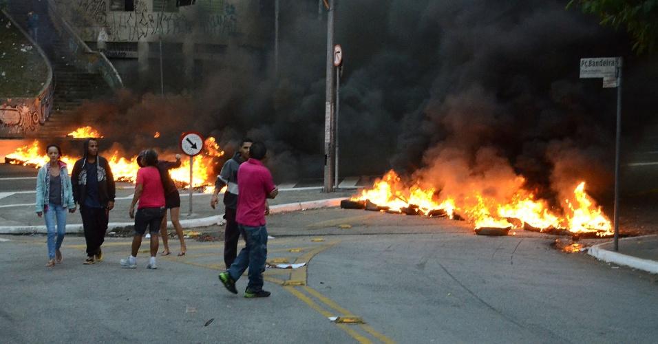 10.mai.2016 - Manifestantes contra o impeachment da presidente Dilma Rousseff colocam fogo em pneus e bloqueiam a avenida 23 de Maio, na Praça da Bandeira, em São Paulo (SP), na manhã desta terça-feira