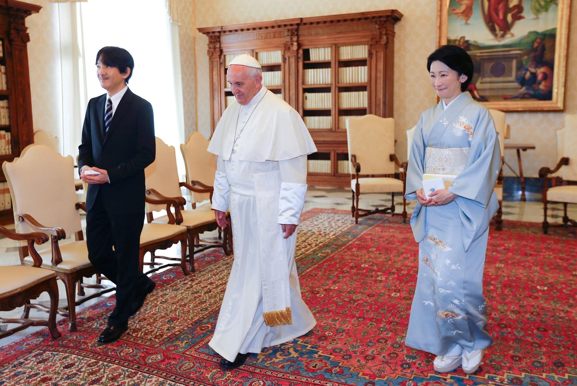 12.mai.2016 - Papa Francisco recebe o príncipe japonês Akishino (esq.) e sua mulher princesa Kiko, durante audiência no Vaticano