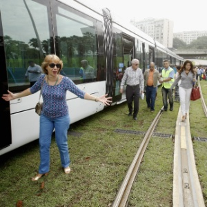 Em 6 de junho, primeiro dia útil de operação do VLT, o trem enguiçou a 50 metros do aeroporto Santos Dumont