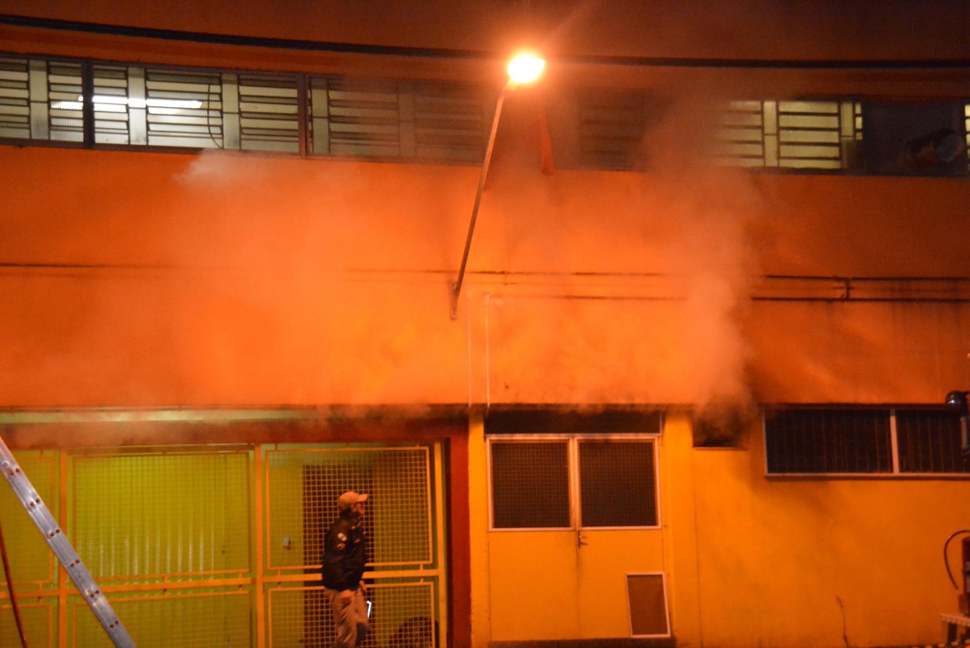 25.jun.2016 - Uma das maiores panificadoras e confeitarias de Curitiba (PR), situada na rua Anita Garibaldi, região do bairro Ahu, pegou fogo na madrugada. O fogo teria começado no local onde ficava armazenado os materiais recicláveis do estabelecimento