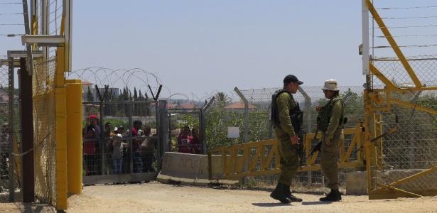Palestinos aguardam soldados israelenses abrirem o posto de controle de Hableh