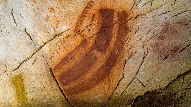28.nov.2016 - À primeira vista, os rabiscos parecem traços sem importância, como estes das cavernas espanholas conhecidas como Las Chimeneas, que são Patrimônio da Humanidade. Em El Castillo, na Espanha, as linhas vermelhas que se repetem em outras cavernas europeias