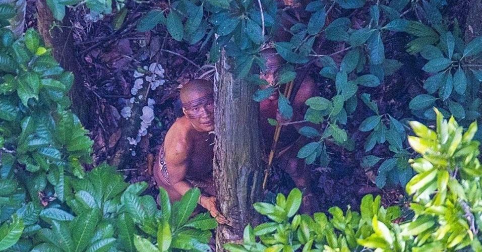 18.dez.2016 - O fotógrafo brasileiro Ricardo Stuckert fez no domingo (18) o registro raro de uma tribo que vive isolada no Acre, próxima da fronteira com o Peru