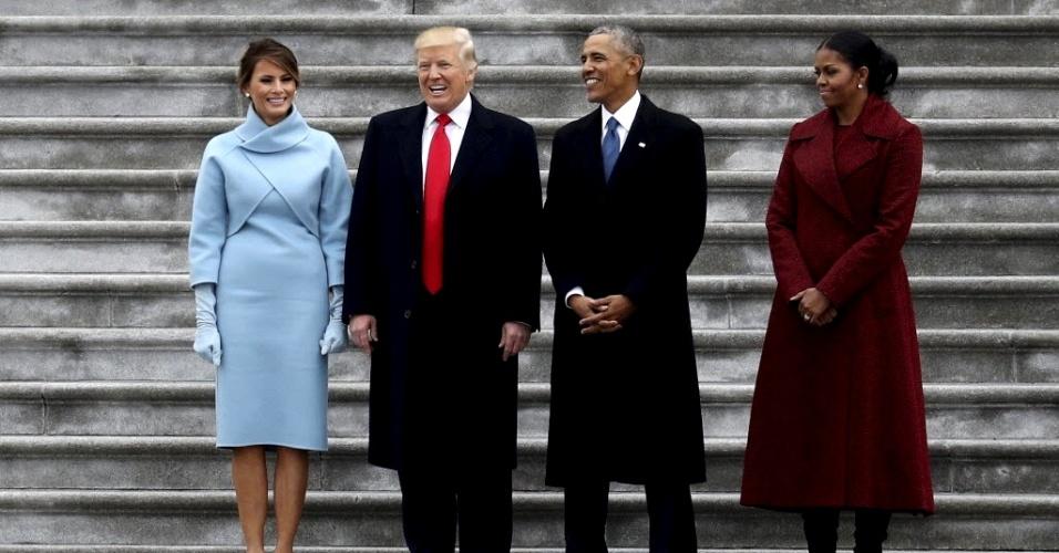 20.jan.2017 - Após tomar posse, o presidente dos EUA, Donald Trump, e o ex-presidente Barack Obama posam para fotos nas escadarias externas do Capitólio, em Washington DC, acompanhados de suas mulheres, Melania Trump e Michelle Obama, respectivamente, nesta sexta-feira (20)