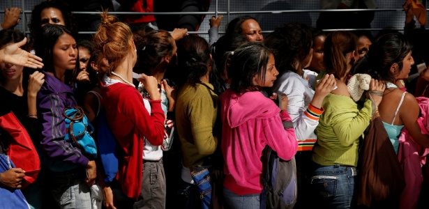 Mulheres fazem fila para comprar fraldas em Caracas, na Venezuela