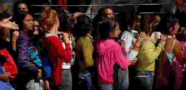 Mulheres fazem fila para comprar fraldas em Caracas, na Venezuela - Carlos Garcia Rawlins/Reuters