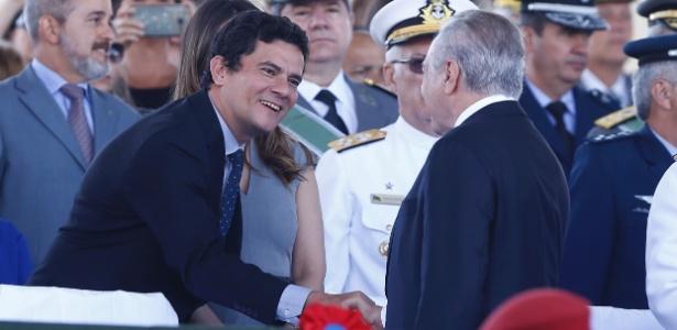 O juiz federal Sergio Moro e o presidente Michel Temer se cumprimentam
