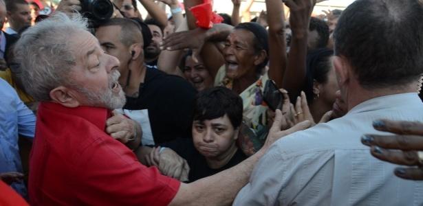 Lula fala com a população durante caravana em São Domingos (SE)