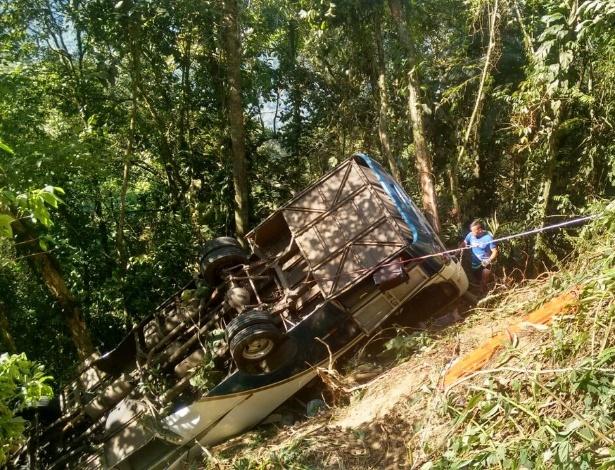 Acidente com micro-ônibus que saiu de Limeira (SP) para Ubatuba, no litoral norte de SP, deixa ao menos 4 mortos