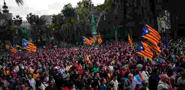 Catalães favoráveis à independência da região escutam ao discurso de Carles Puigdemont em Barcelona - Pau Barrena/AFP