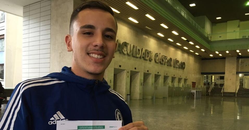 5.nov.2017 - O estudante Gustavo Oliveira Buzetto fez as primeiras provas do Enem 2017 neste domingo na região da avenida Paulista, em São Paulo