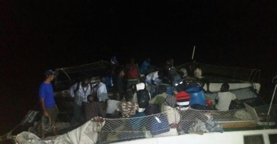20.mai.2018 - Barco com 27 pessoas (25 imigrantes e dois brasileiros) chega ao cais de São José Ribamar (MA), após mais de 30 dias à deriva no mar