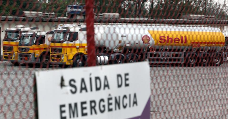 Caminhões de combustível estacionados na empresa Raízen, na Rodovia Washington Luís, em Duque de Caxias, na Baixada Fluminense, onde acontecia o protesto de caminhoneiros na tarde desta quarta-feira (23), em frente à Refinaria de Duque de Caxias (Reduc). A greve dos caminhoneiros provoca falta de combustíveis em várias cidades do Estado do Rio de Janeiro. O diesel não chegou às garagens de ônibus, e motoristas enfrentam filas em vários postos desde a madrugada. Este é o terceiro dia de protestos dos caminhoneiros nas estradas do Estado do Rio. O grupo protesta contra o preço do diesel e os impostos que incidem sobre os combustíveis. Eles reclamam também dos frequentes reajustes que fazem parte da política de preços da Petrobras, em vigor desde julho