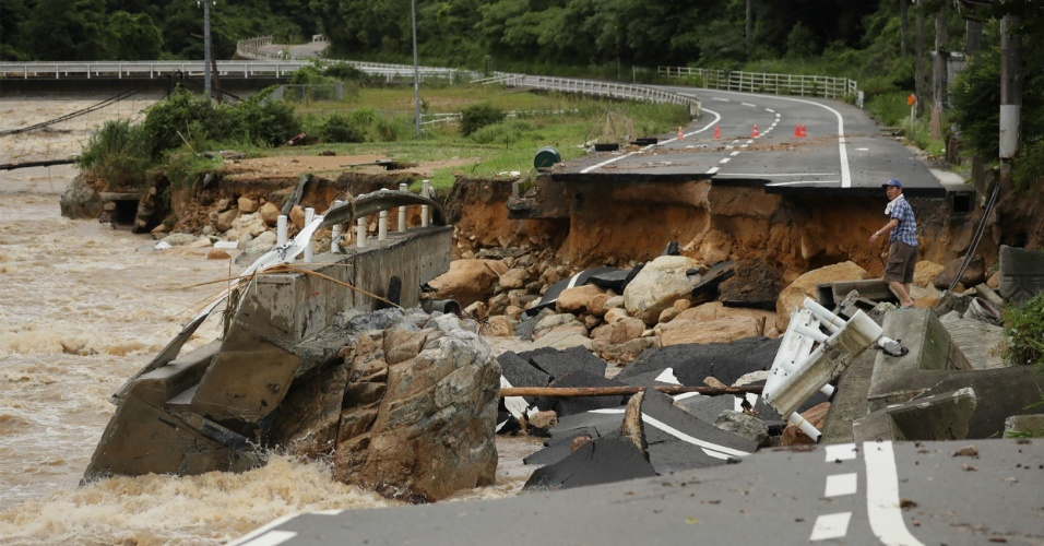 7.jul.2018 - Força da água destrói estrada em Higashi, no Japão, região atingida por fortes chuvas. Centenas de milhares de pessoas tiveram que deixar suas casas