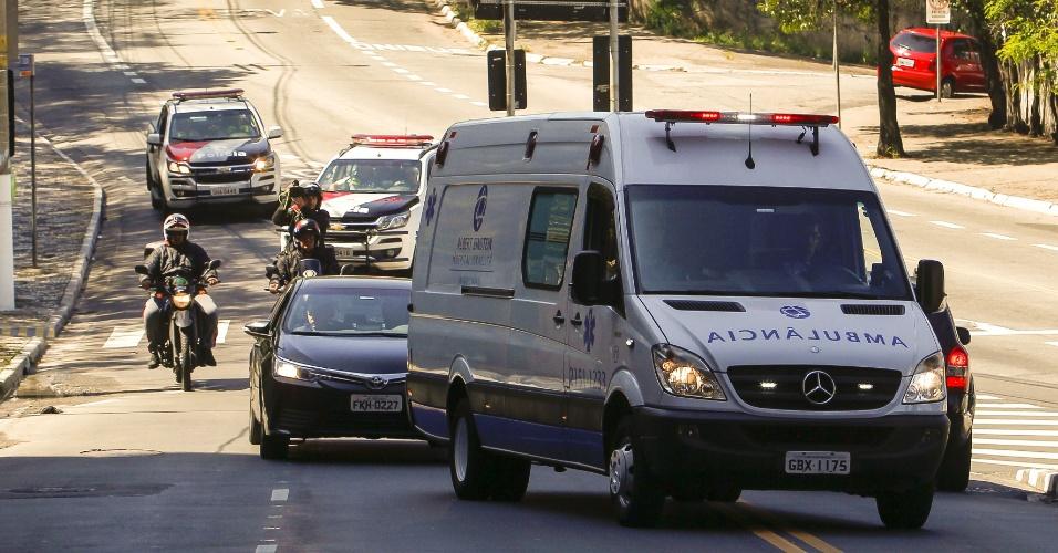 07.set.2018 - Jair Bolsonaro foi levado, de ambulância escoltada, do Palácio dos Bandeirantes até o hospital Albert Einstein, em São Paulo