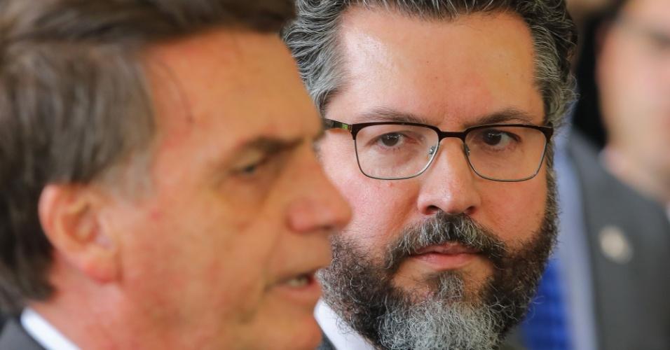 14.nov.2018 - O presidente eleito, Jair Bolsonaro (PSL), dá entrevista ao lado de Ernesto Araujo, futuro ministro de Relações Exteriores