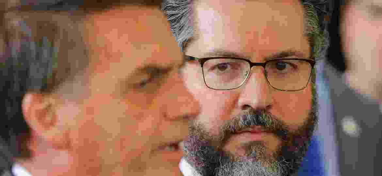14.nov.2018 - O presidente eleito, Jair Bolsonaro (PSL), dá entrevista ao lado de Ernesto Araujo, futuro ministro de Relações Exteriores - Sergio Lima/AFP