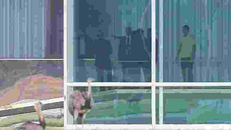 13.fev.2019 - Presidente Jair Bolsonaro (de camisa amarela) se despede do ministro da Casa Civil, Onyx Lorenzoni (de costas, à esquerda) após reunião no Palácio do Alvorada - DIDA SAMPAIO/ESTADÃO CONTEÚDO - DIDA SAMPAIO/ESTADÃO CONTEÚDO