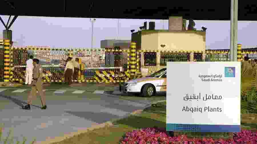 25.fev.2006 - Imagem de arquivo mostra entrada da planta de Abqaiq da gigante Aramco - Stringer/AFP