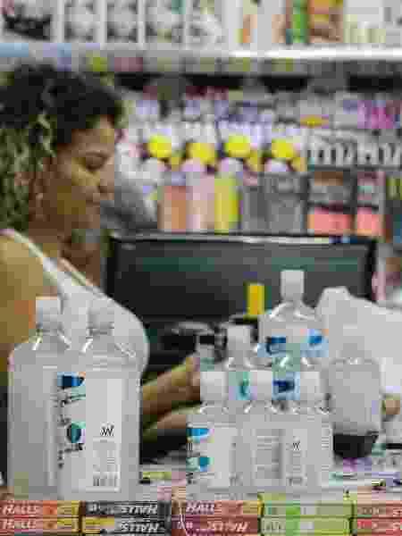 Cliente compra álcool em gel para o combate ao coronavírus em estabelecimento da Avenida Paulista, em São Paulo - Paulo Guereta/Agência O Dia/Estadão Conteúdo