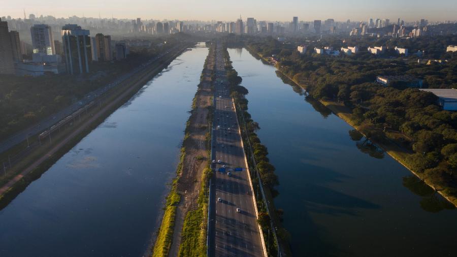 Vista da Marginal Pinheiros, sentido zona sul, ao lado da raia da USP - FELIPE RAU/ESTADÃO CONTEÚDO
