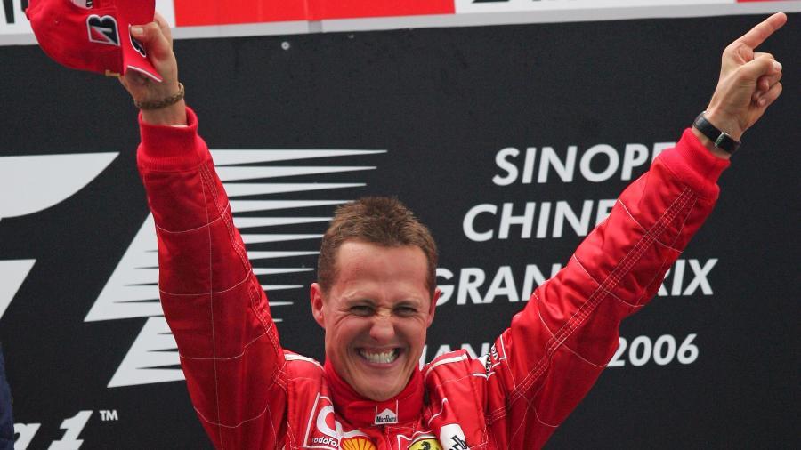 Michael Schumacher comemora vitória no GP da China de 2006 em Xangai, sua última na F-1 -
