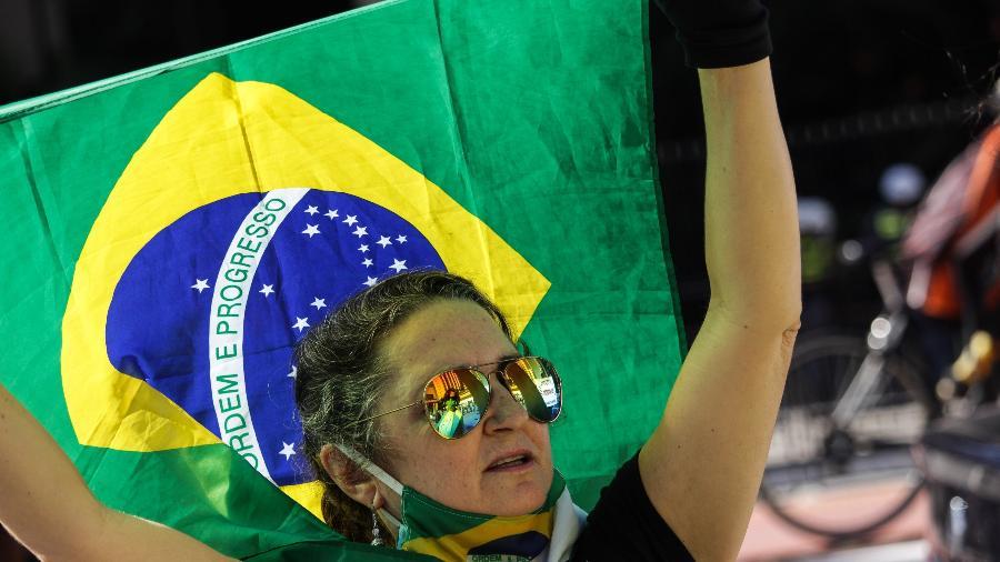 07/06/2020 - Integrantes de um grupo bolsonarista se concentram na calçada da Avenida Paulista, na região central da cidade de São Paulo. - ANANDA MIGLIANO/ESTADÃO CONTEÚDO