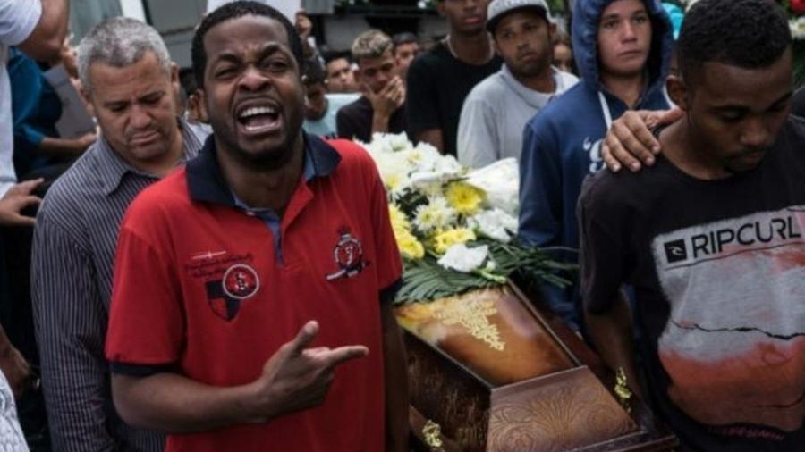 Chacina de cinco jovens em 2015 na zona norte do Rio gerou tristeza e revolta - AFP