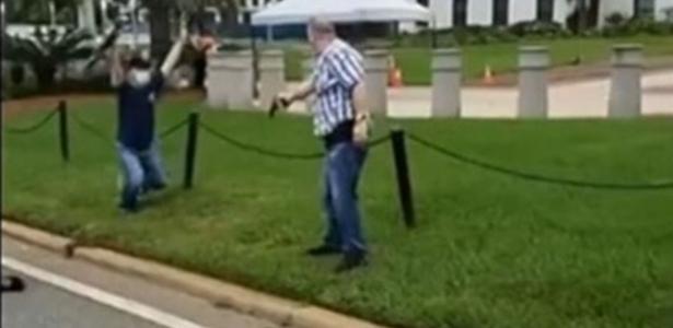 Protesto após homem baleado | Homem puxa arma para manifestante em confusão nos EUA