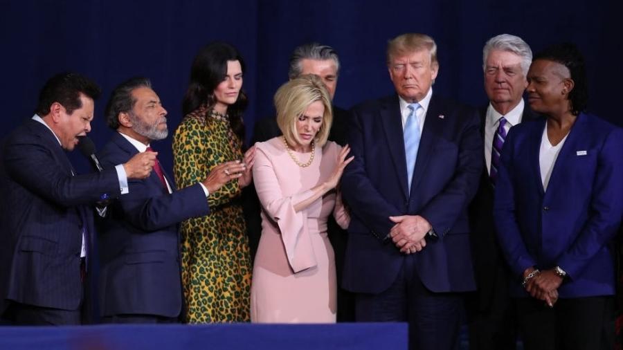 Trump reza com líderes evangélicos, incluindo a assessora Paula White - Getty Images