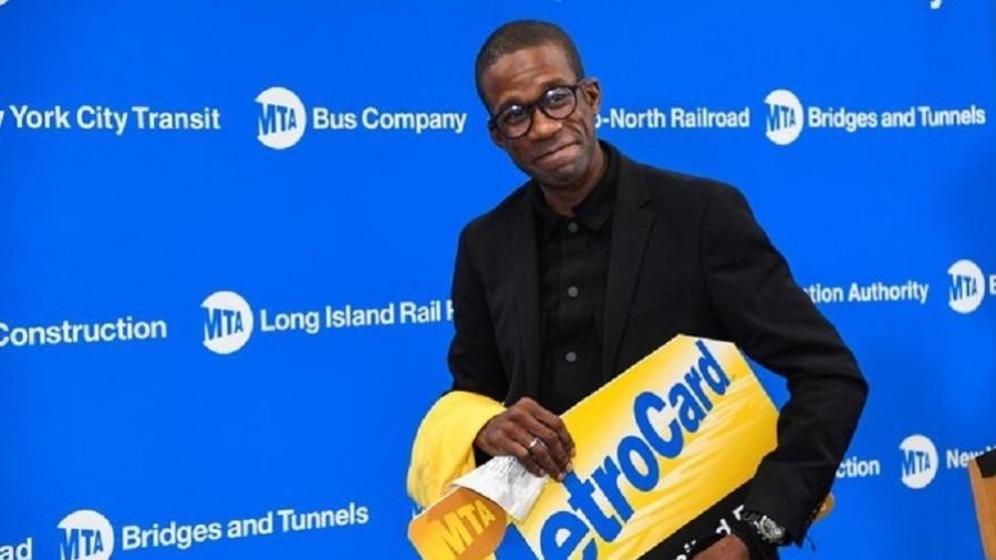 Rikien ganhou um ano de passagens gratuitas metrô de Nova York após capturar um suspeito de descarrilar um trem na cidade - Reprodução/Twitter/@MTA
