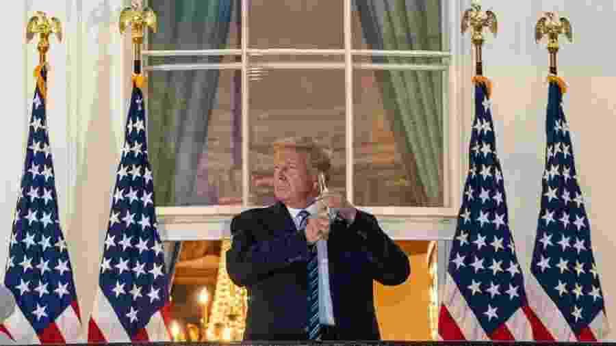 Trump remove a máscara para posar para fotos: presidente vem sendo criticado por menosprezar severidade da covid-19 - EPA/KEN CEDENO
