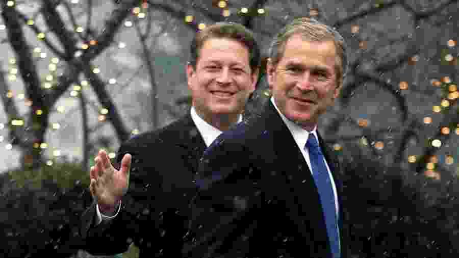 Foto de 19 de dezembro de 2000, o vice-presidente Al Gore acompanha o presidente eleito George W. Bush para uma reunião - Arquivo/Reuters