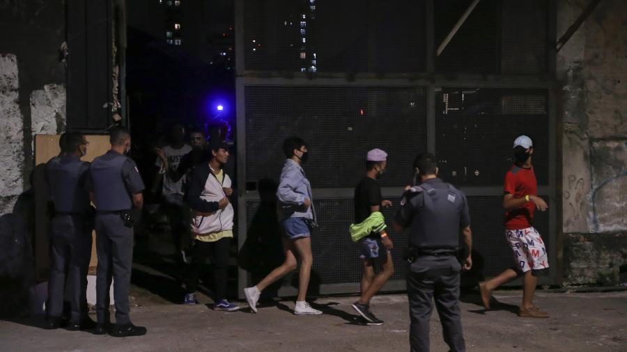 Policiais militares dispersam festa clandestina com mais de 100 participantes em Belém, zona leste de São Paulo - PAULO LOPES/BW PRESS/ESTADÃO CONTEÚDO