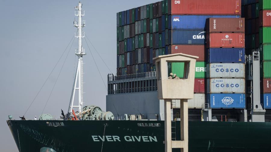 """29 mar. 2021 - Proa do """"Ever Given"""" logo após o navio voltar a navegar no Canal de Suez, Holanda - Mohamed Shokry/picture alliance via Getty Image"""