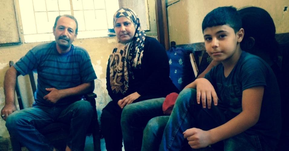 Mona Atur, seu marido e filhos fugiram da guerra síria para Chatila em 2012. Trata-se do terceiro episódio de exílio da história dessa mulher de ascendência palestina