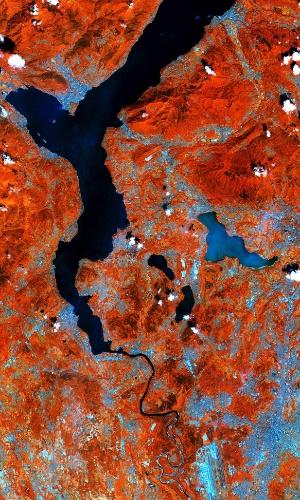31.jul.2015 - Os lagos no lado sul dos Alpes italianos foram registrados pelo satélite Sentinel-2ª, da ESA (Agência Espacial Europeia). Utilizando o canal infravermelho de alta resolução da câmera do satélite, é possível observar a vegetação saudável em vermelho, assim como as colinas e montanhas na parte superior da imagem. Ainda na parte superior, vemos parte do lago Maggiore, que ocupa a fronteira das regiões da Lombardia e Piemonte, na Itália, e o norte da Suíça (não visível), tendo uma área de mais de 210 km². À direita, vemos o lago de origem glacial Varese. A tonalidade mais clara de azul indica a capacidade do Sentinel-2 de medir as diferenças das condições da água. O satélite está em fase de testes, mas as imagens iniciais de sua primeira varredura da Terra prenunciam registros importantes de áreas agrícolas, o monitoramento das águas e o mapeamento de superfície