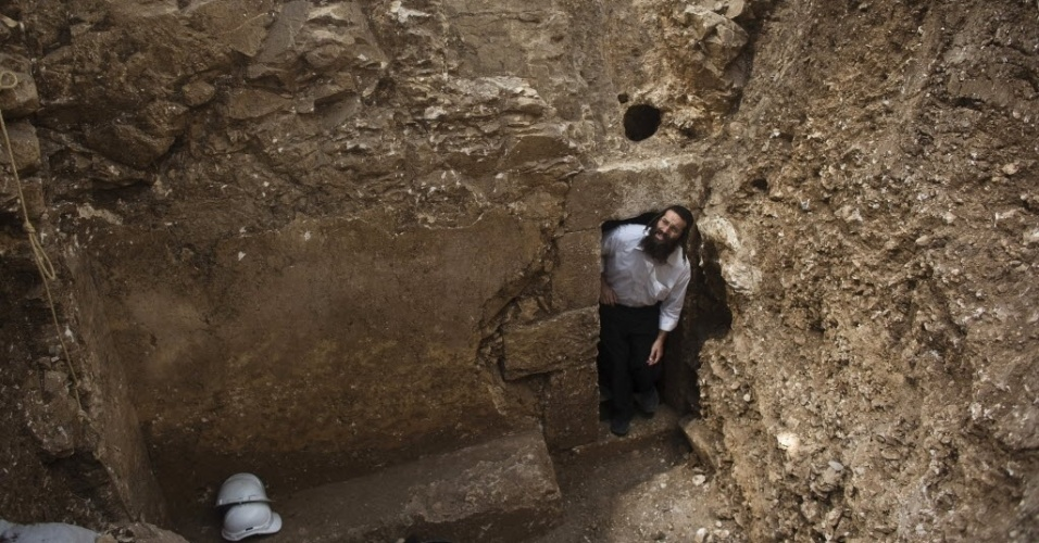 5.ago.2015 - Judeu ultraortodoxo observa um mikve antigo, banheiro de ritual judaico, que foi descoberto dentro de uma caverna em Jerusalém, em Israel. O banheiro, encontrado durante uma inspeção arqueológica de rotina em um canteiro de obras, remonta ao período do Segundo Templo judeu, que foi destruído pelos romanos em 70 d.C.