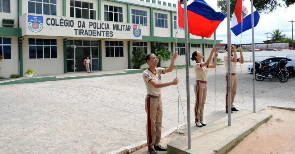 Hasteamento de bandeiras é feito todas as terças-feiras em Escola Militar de Maceió; tradição e disciplina regem o processo de ensino