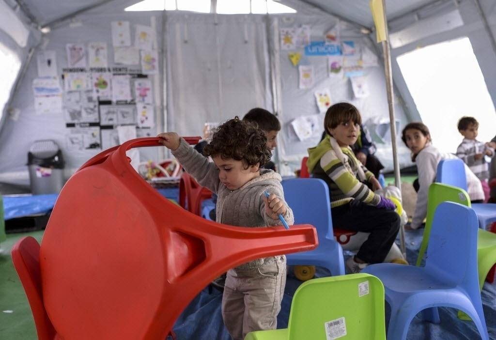 28.set.2015 - Grupo de crianças brincam em sala de jogos em um campo de registro para refugiados próximo a cidade de Gevgelija, na fronteira entre a Macedônia e a Grécia