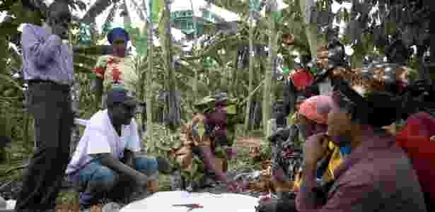 Mulheres reunidas com grupo da Fundação Clinton em Ruanda - Martina Bacigalupo/The New York Times