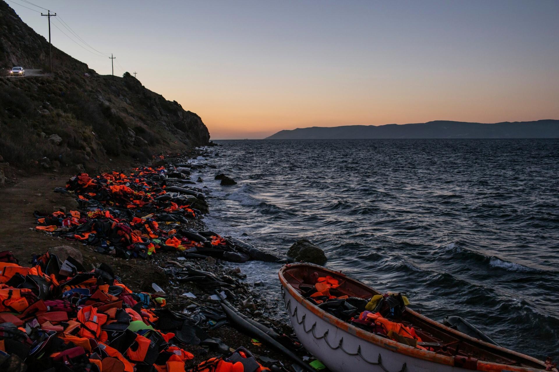 Coletes deixados por imigrantes que desembarcaram na Grécia