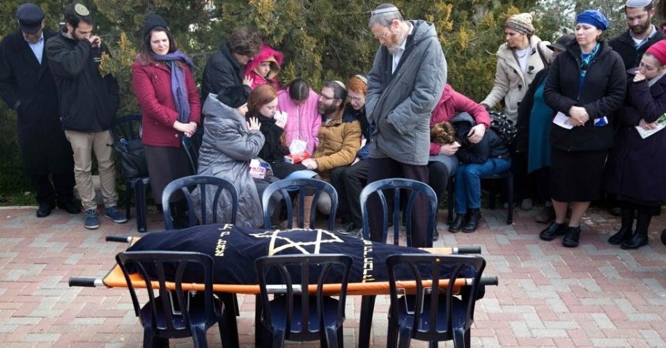 18.jan.2016 - Homem e seus seis filhos (ao centro) velam a mãe da família no assentamento judeu de Otniel, na Cisjordânia. A enfermeira Dafna Meir foi morta a golpes de faca por um palestino, que invadiu a sua casa, neste domingo (17), segundo o Exército israelense