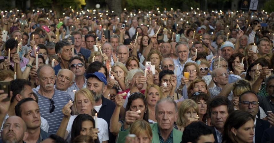 18.jan.2016 - Manifestantes seguram velas durante vigília que lembra um ano da morte do promotor argentino Alberto Nisman, em Buenos Aires, Argentina. O promotor morreu em circunstâncias misteriosas em 18 de janeiro de 2015, depois de acusar a então presidente da Argentina, Cristina Kirchner, de obstruir investigação sobre um atentado a bomba ocorrido em 1994 em um centro judaico