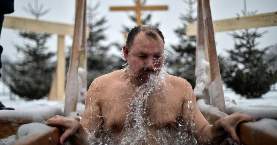 19.jan.2016 - Cristão ortodoxo se banha em água congelante em Moscou. Os fiéis celebram a Epifania, data religiosa que marca o batismo de Jesus por João Batista e sua revelação como enviado de Deus
