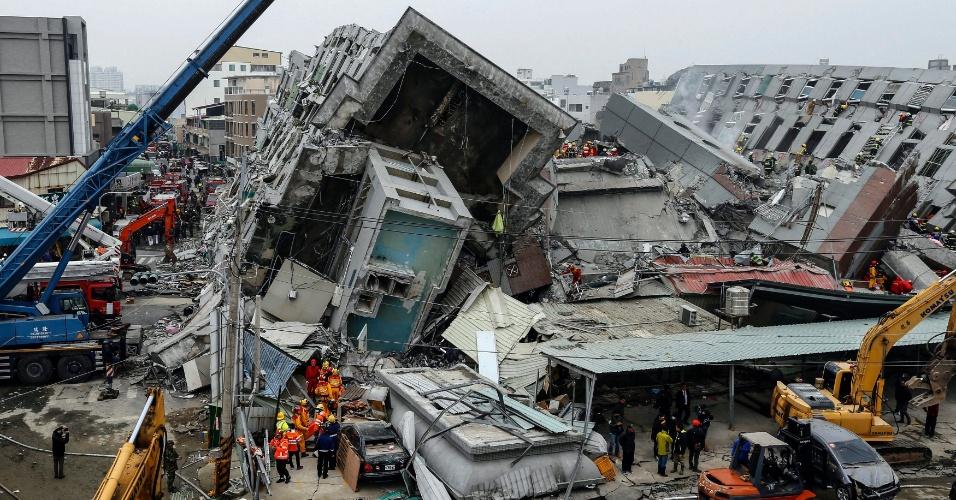 6.fev.2016 - Equipes de resgate procuram por sobreviventes de prédio que desmoronou em decorrência de um terremoto de magnitude 6,4 que atingiu a cidade de Tainan, no sul de Taiwan. Ao menos três pessoas, incluindo uma criança, morreram e dezenas ficaram feridas quando o edifício de 17 andares desabou. Segundo as autoridades, cerca de 200 pessoas em 60 famílias vivem no prédio. Vários outros edifícios em Tainan desabaram ou foram danificadas pelo tremor, ocorrido às 3h57 (horário local)