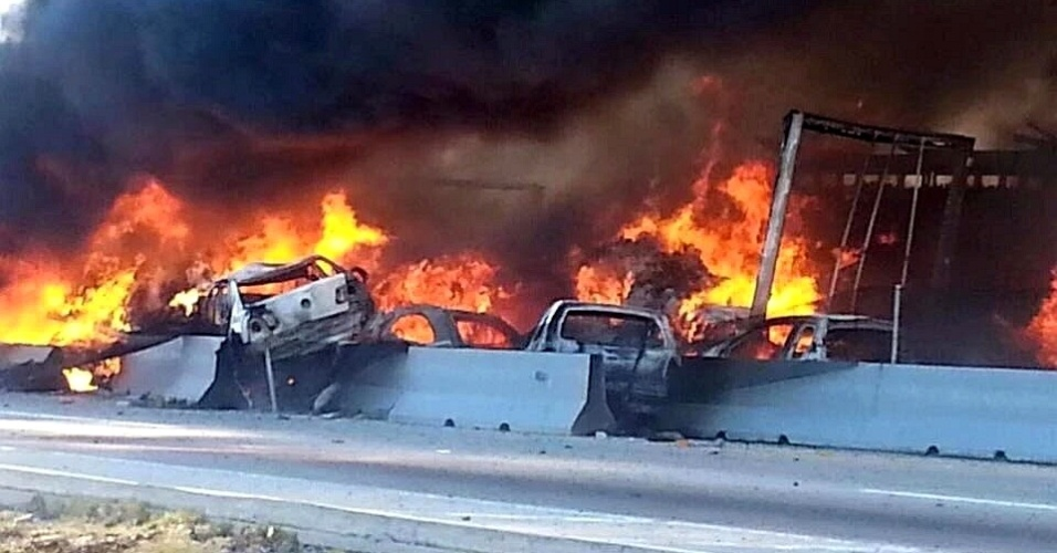 12.fev.2016 - Carros acidentados queimam após colisão múltipla em rodovia perto da cidade de Amozoc (México). Ao menos cinco pessoas morreram e 12 foram feridas pelo fogo de diversos veículos que bateram e se incendiaram na estrada que cruzam a região de Puebla